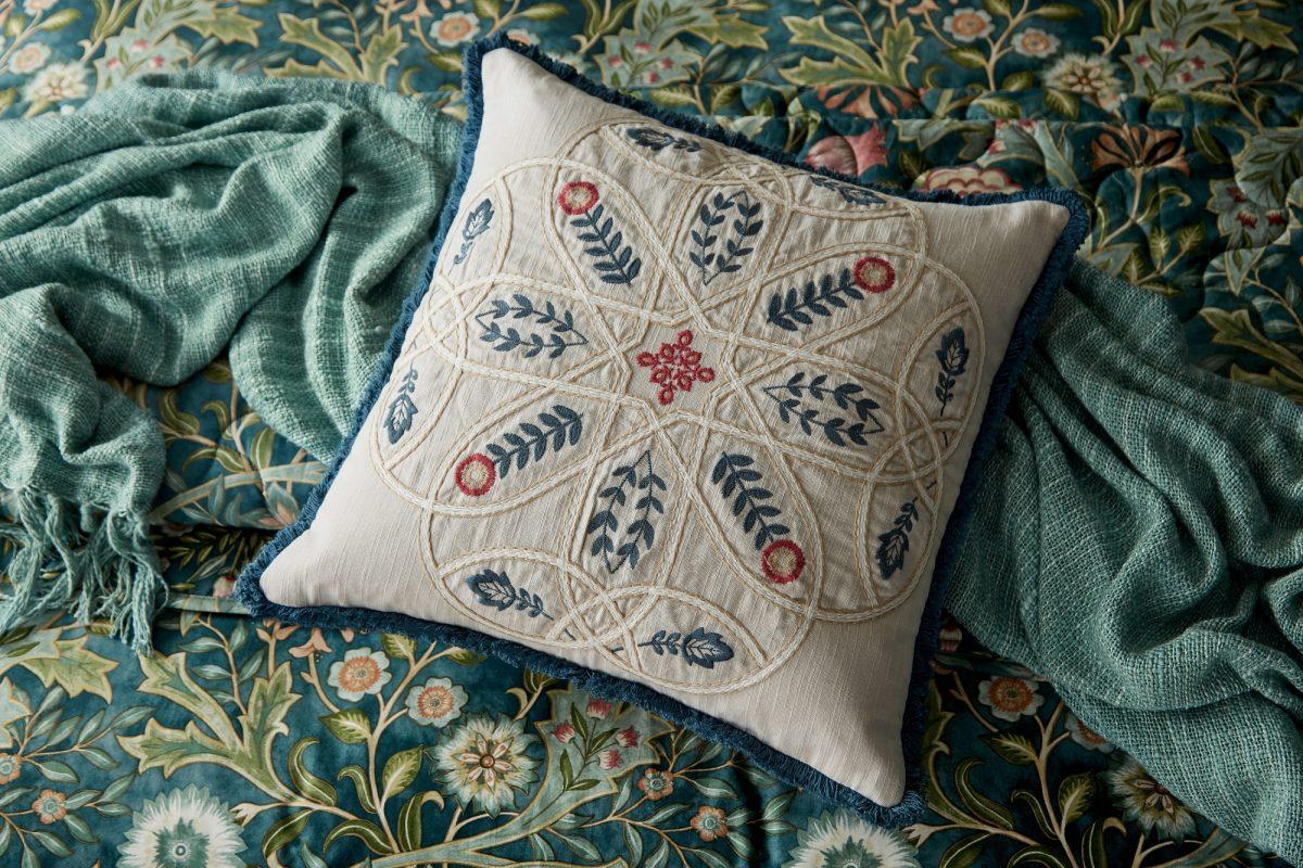 MORRIS Wilhelmina cushion cameo 01