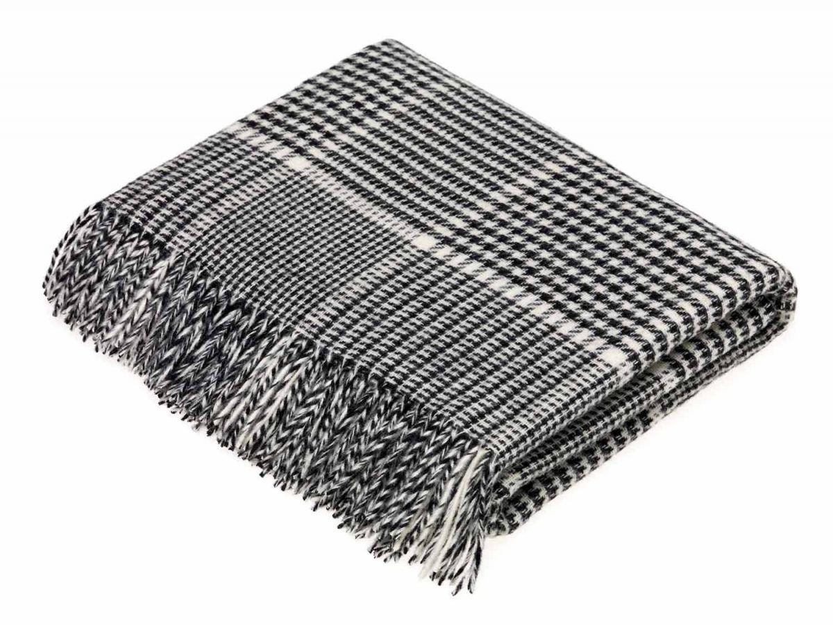 T0452 D03 Lambswool Prince of Wales Black White Throw