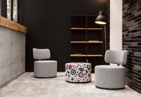 MOKKA_arrangement_armchair_swivel_origin51_light_grey_footstool_swivel_sugar_visby01_3